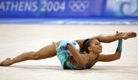 Упражнения с мячом во время  Олимпийских Игр в Афинах  (Греция) в  2004 г. Фото: ODD ANDERSEN/AFP/Getty Images
