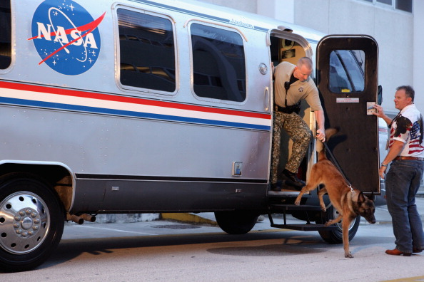 Автобус Astrovan охраняет офицер службы безопасности К-9. Фото: Chip Somodevilla/Getty Images
