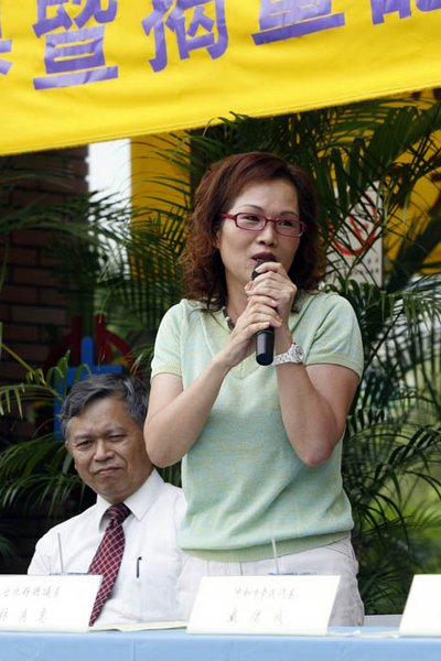 Конгрессмен провинции Тайбэй Линь Сюйхуэй выступила с речью на церемонии открытия выставки «Истина-Доброта-Терпение». 2 августа. Тайвань. Фото: The Epoch Times