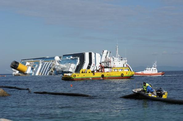 Затонувший лайнер Costa Concordia опускается на глубину