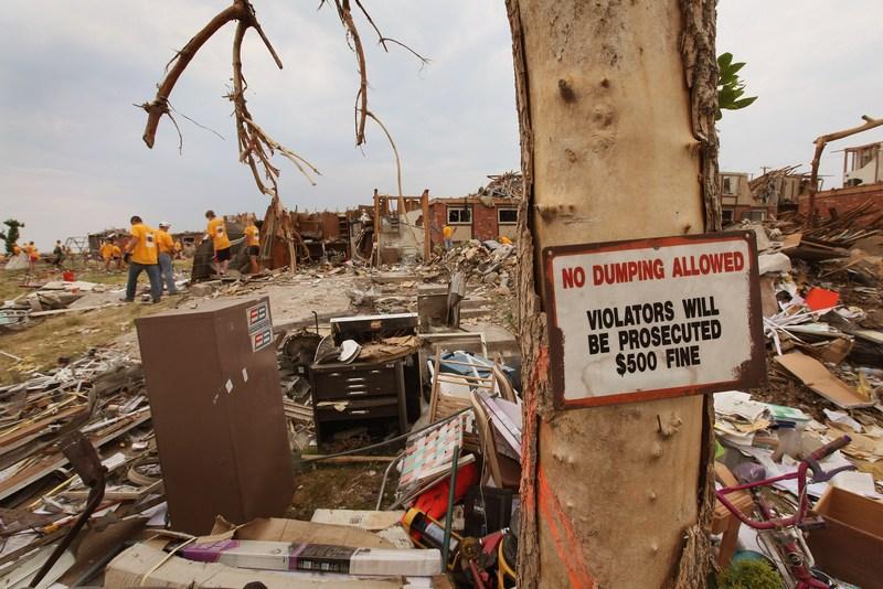 Прибирання сміття. Фото: Scott Olson/Getty Images
