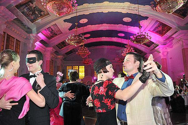 Гості на балі-маскараді 'Карнавалія',що пройшов на київському ж/д вокзалі. Фото: Володимир Бородін/The Epoch Times Україна