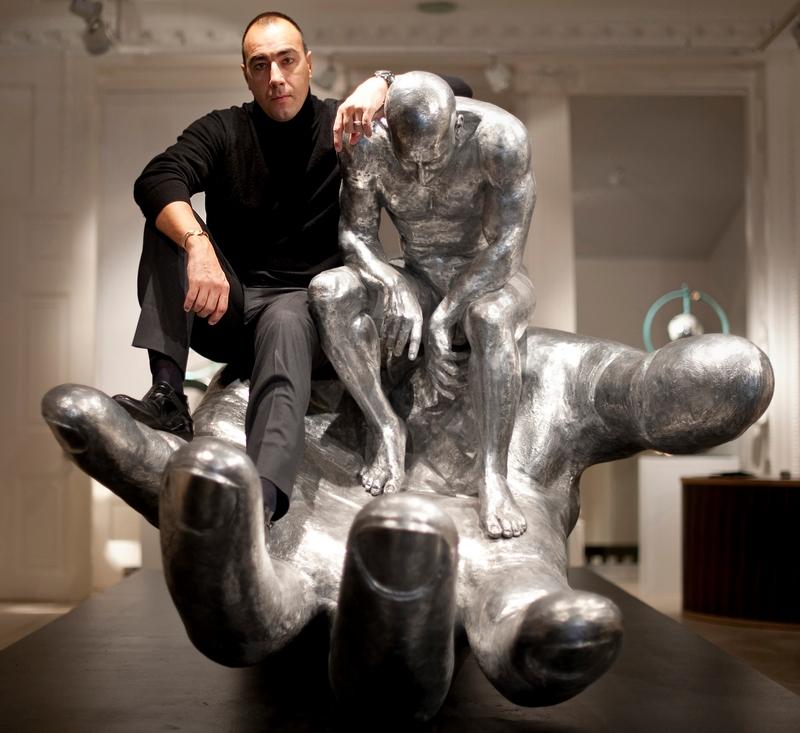Лоренцо Куїнн поруч зі скульптурою «Рука Бога» на відкритті виставки «Equilibrium» в лондонській галереї «Хелсіон», 18 листопада 2009 р. Фото: BEN STANSALL/AFP/Getty Images