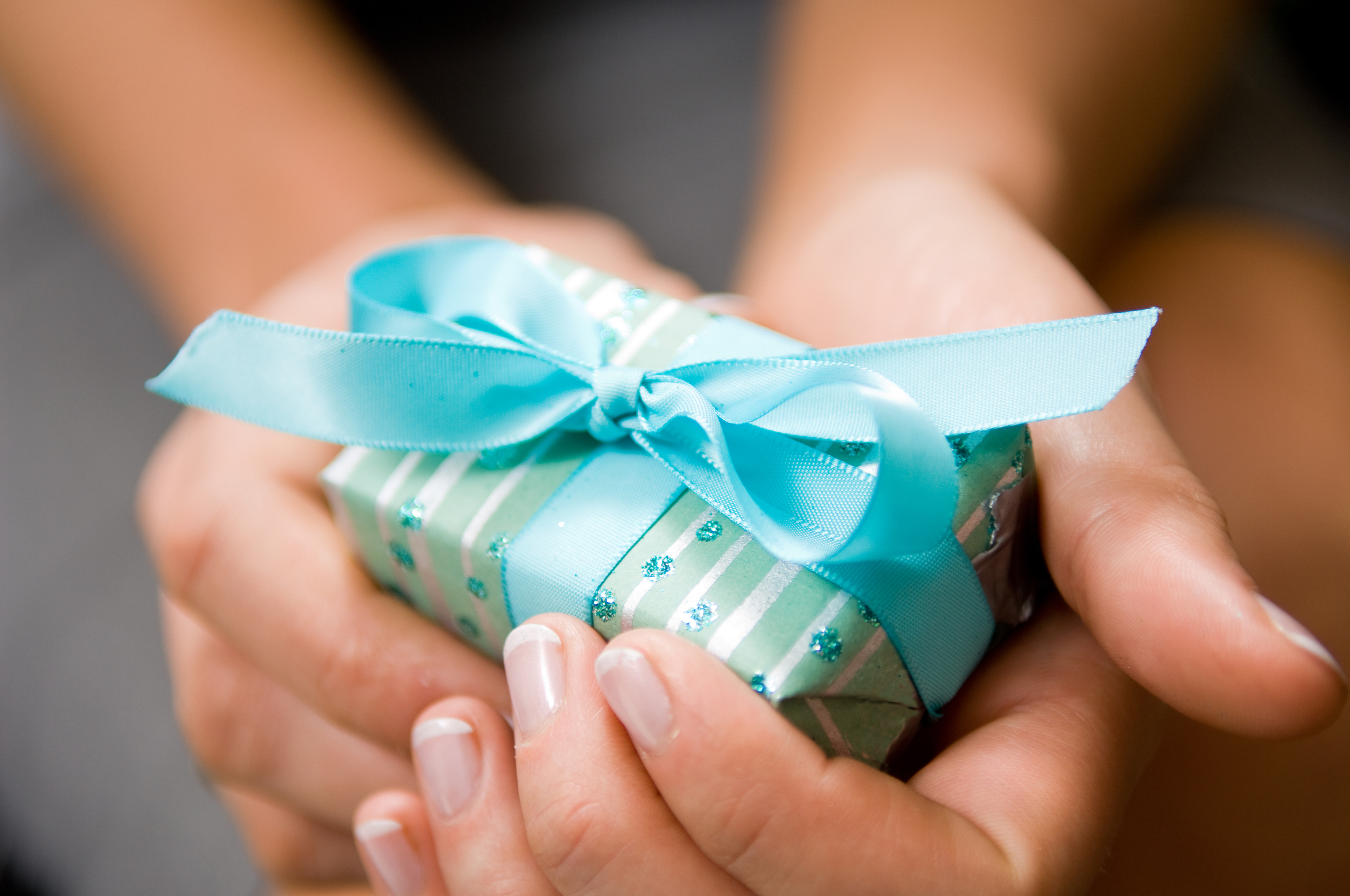 Как вручить подарок мальчику