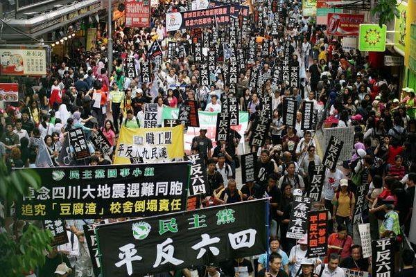 Шествие в Гонконге, посвящённое памяти погибших студентов, во время кровавой расправы на площади Тяньаньмэнь 4 июня 1989 г. Фото: У Ленью/The Epoch Times