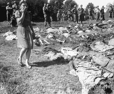 Концлагерь в Намерине. Женщина-немка застыла в изумлении, проходя мимо более 800-та трупов арестантов, убитых нацистами.
