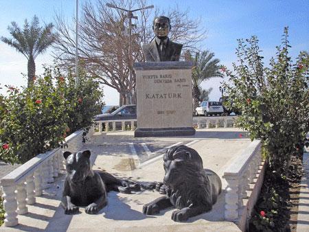 Пам'ятник вождеві турків. Фото: Олена Підсосонна