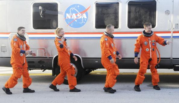Перед началом предполетной проверки. Астронавты шаттла возле автобуса обслуживания Astrovan. Фото: BRUCE WEAVER/AFP/Getty Images