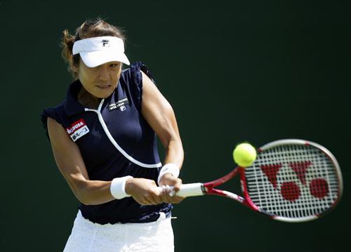 Японка Акико Моригами (Akiko Morigami) грає проти француженки Наталі Деши (Natalie Dechy) у ході жіночого турніру International Women's Open. Фото: Julian Finney/Getty Images