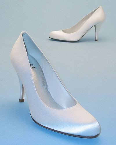 Білі атласні весільні туфлі. Фото з efu.com.cn