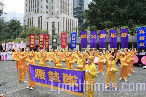 Юні послідовники «Фалуньгун» виконують танець з барабанами. фото Лі Мін/Велика Епоха