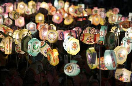 Тысячи буддистов несут разноцветные фонари во время праздничного шествия в Сеуле. Фото: Chung Sung-Jun/Getty Images