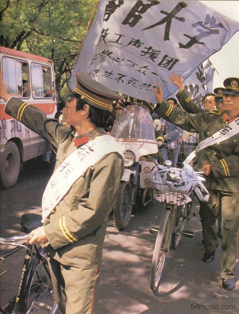 18 мая 1989 г. Сотрудники и учащиеся полицейской академии также вышли на улицу, чтобы выразить поддержку движению студентов. Фото: 64memo.com