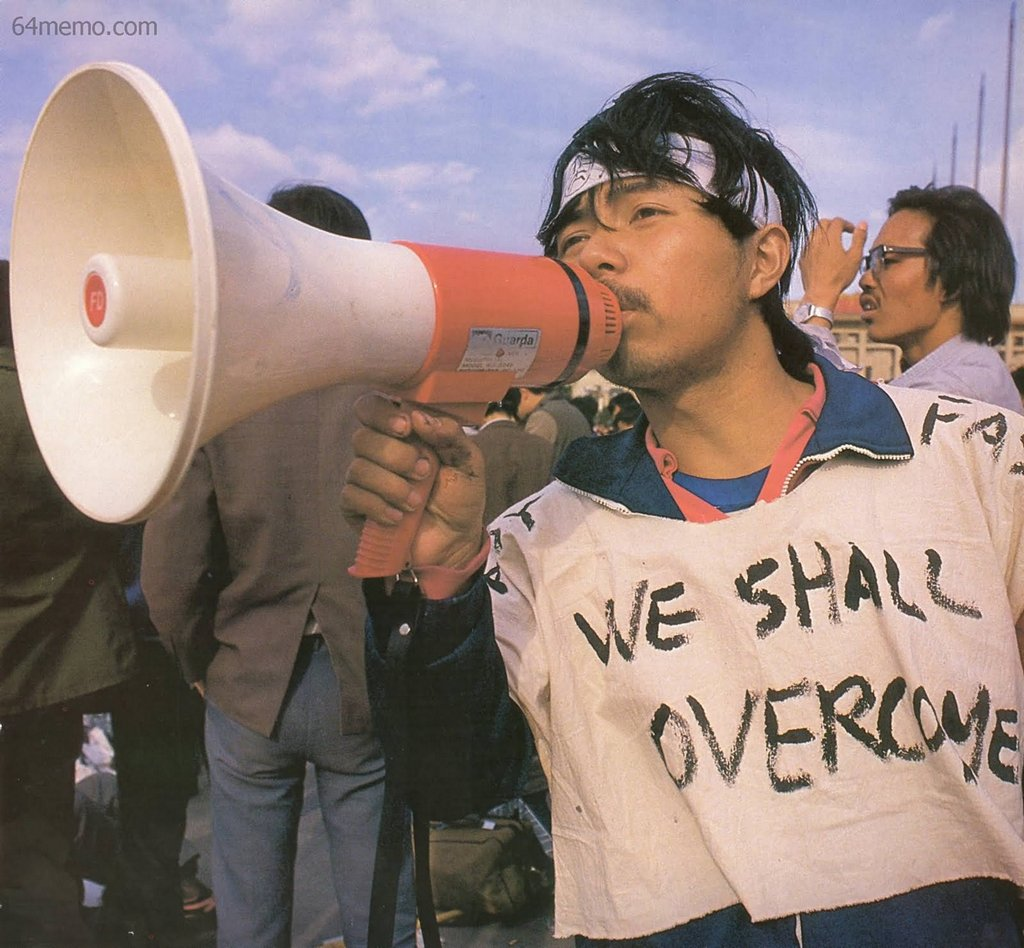 16 травня 1989 р. Студент кафедри біології пекінського університету Пен Жун, який раніше вже організовував студентські демонстрації. Ослабнувши після тривалого голодування, він ледве тримає рупор. На його одязі напис «Ми переможемо». Фото: 64memo.com