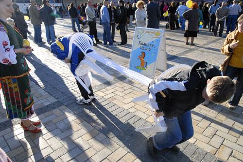 Задача в конкурсе перетягивания полотенца – вытащить его из-под соперника. Фото: Владимир Бородин/Великая Эпоха