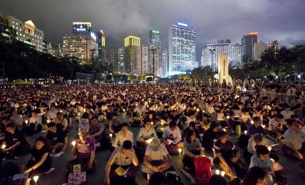 4 червня, Гонконг. Декілька десятків тисяч чоловік беруть участь в акції, присвяченій пам'яті загиблих під час кривавої бійні на площі Тяньаньмень 4 червня 1989 р. Фото: MN Chan/Getty Images