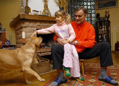 Муж Стеллы, Виктор Хлус, дочка Кристина и собака Бетси. Фото: Владимир Бородин/Великая Эпоха