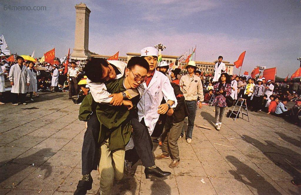 17 мая 1989 г. От длительной голодовки некоторые студенты начинают терять сознание. Им оказывают медицинскую помощь. Фото: 64memo.com
