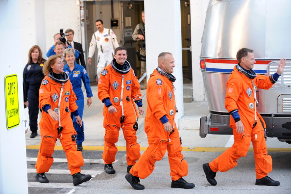 Экипаж шаттла (справа налево): командир Кристофер Фергюсон, инженер Рекс Уолхейм, пилот Дуглас Херли и специалист Сандра Магнус. Фото: STAN HONDA/AFP/Getty Images