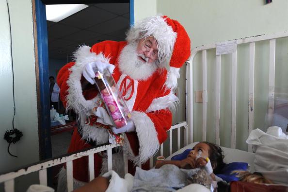 Санта Клаус приніс дітям подарунки в Національному госпіталі в Сан-Сальвадорі, Сальвадор. Фото: Bill Pugliano / Getty Images
