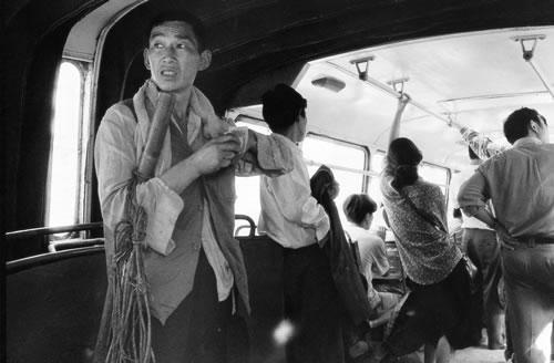 В общественном транспорте. Город Чунцин. 1995 год. Фото: Zhang Xinming