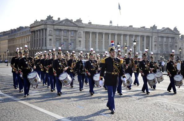 Французские солдаты пехотного полка Республиканской гвардии на площади Согласия во время ежегодного дня взятия Бастилии, в параде на Елисейских полях в Париже 14 июля 2011 года. Фото: Getty Images