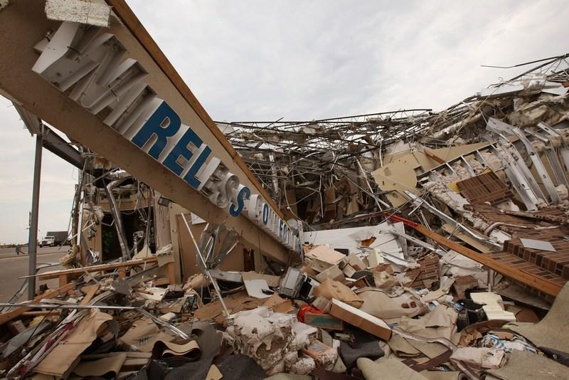 Разрушенное смерчем здание бизнес-центра. Фото: Scott Olson/Getty Images