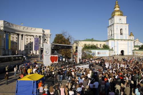 Водночас 70 подружніх пар взяли участь у масовому весіллі, що відбулося у Києві. Фото: Володимир Бородін/Велика Епоха