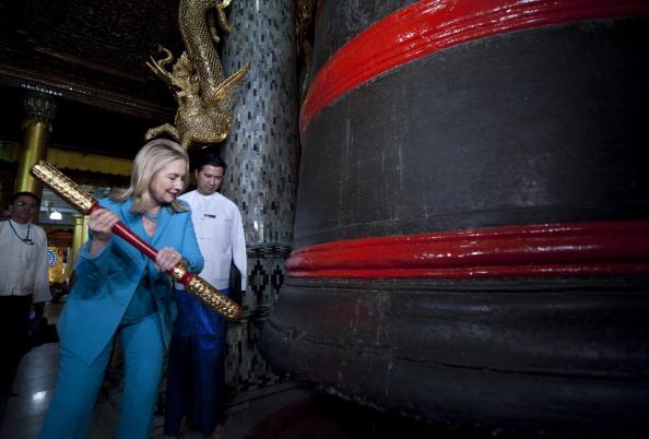 Госсекретарь США Хиллари Клинтон бьет в колокол на удачу, во время тура в пагоду Шведагон, в Рангуне, Мьянма, 1 декабря 2011 года. Фото: Saul Loeb/Getty Images