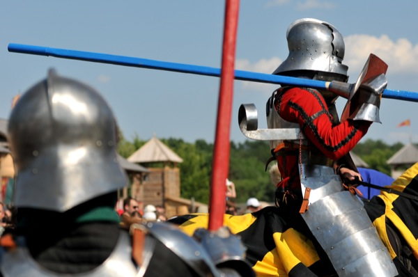 Конный поединок рыцарей на историческом фестивале в Парке Киевская Русь 18 июня 2011 года. Фото: Владимир Бородин/The Epoch Times Украина