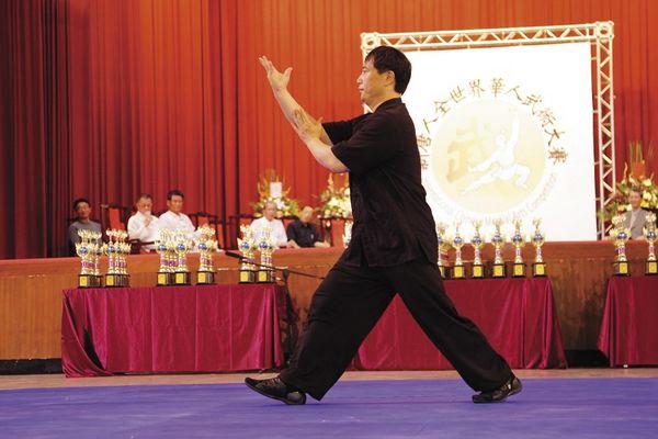Майстер Тайцзицюань (У Ши Тайцзицюань) Хо Цзе Цзюань демонструє стиль «Кулак Тайцзи». Фото: Лянь Лі.The Epoch Times