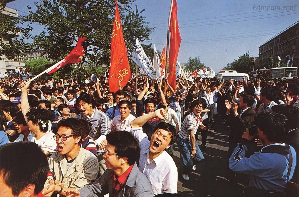 4 травня 1989 р. Студенти, які порвали міліційні заслони, радісно тріумфують. Фото: 64memo.com
