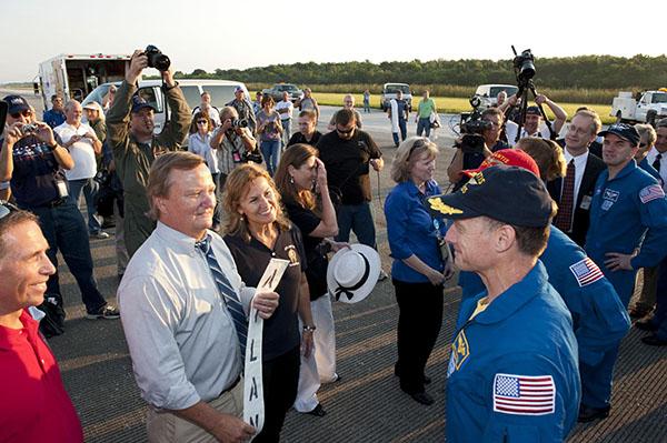 Голова служби запуску шатлів Майкл Лейнбах зустрічає екіпаж шатла «Атлантіс». Фото: NASA/Kim Shiflett