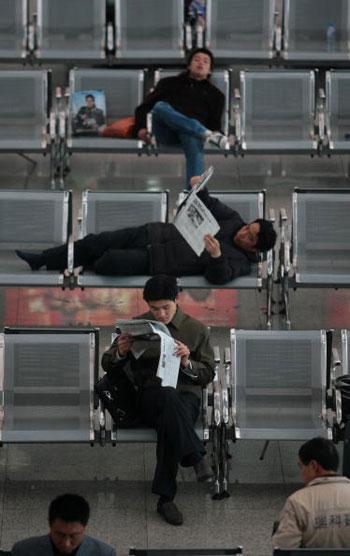 14 березня, 2007 р. Пасажири на станції м. Наньцзін. Фото: China Photos/Getty Images