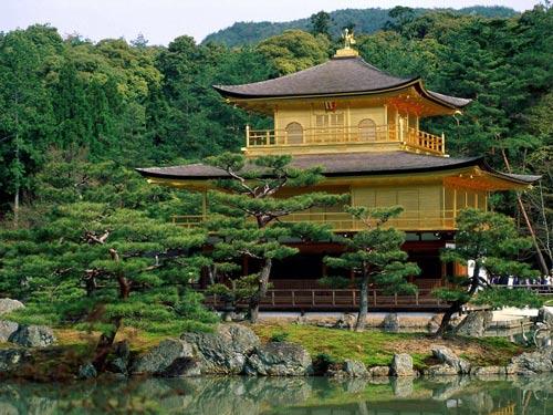 Храм Кинкакудзи (kinkakuji temple) в городе Киото, Япония.
