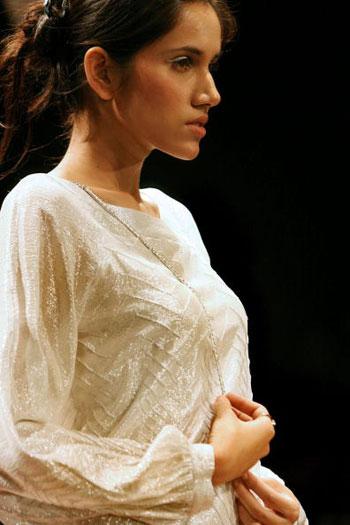 Одяг від дизайнера Rajesh Pratap Singh на Тижні моди Wills India Fashion Week, що проходив в індійському Нью-Делі. Фото: TAUSEEF MUSTAFA/AFP