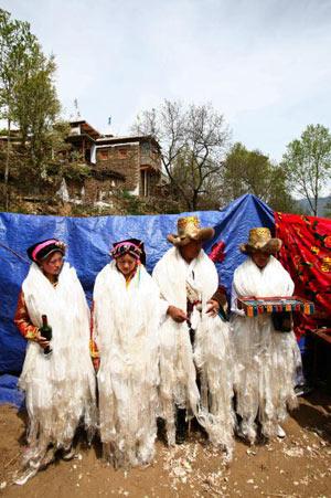 Жених і наречена, боярин і подруга нареченої приймають благословення. Фото: China photos/ Getty image