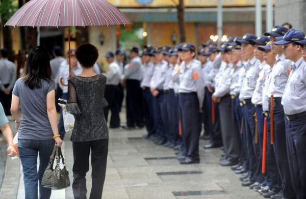 Сотни полицейских следуют по всему маршруту Чень Юйлиня. Фото: ЦАН