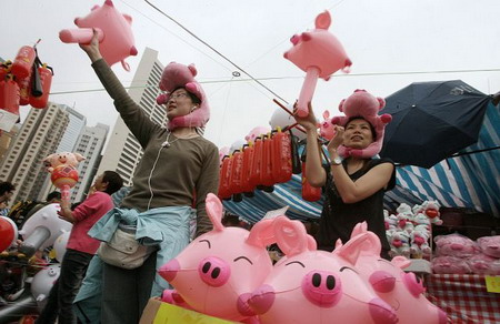 Гонгконг: торговец, который торгует розовыми воздушными шарами в виде поросенка. Фото: Mike Clarke/AFP