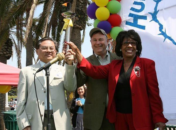 Факел на захист прав людини тримають конгресмени США Dana Rohrabacher, Maxine Waters і президент тимчасового перехідного китайського уряду У Фань. Фото: Цзі Юань/ The Epoch Times