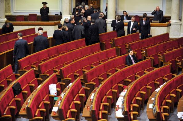 Депутати від опозиції блокували трибуну Верховної Ради