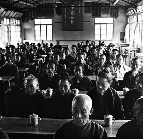 Последователи буддизма и даосизма проводят совместное собрание. Провинция Чжецзян. 1985 год. Фото: Xiao Yunji