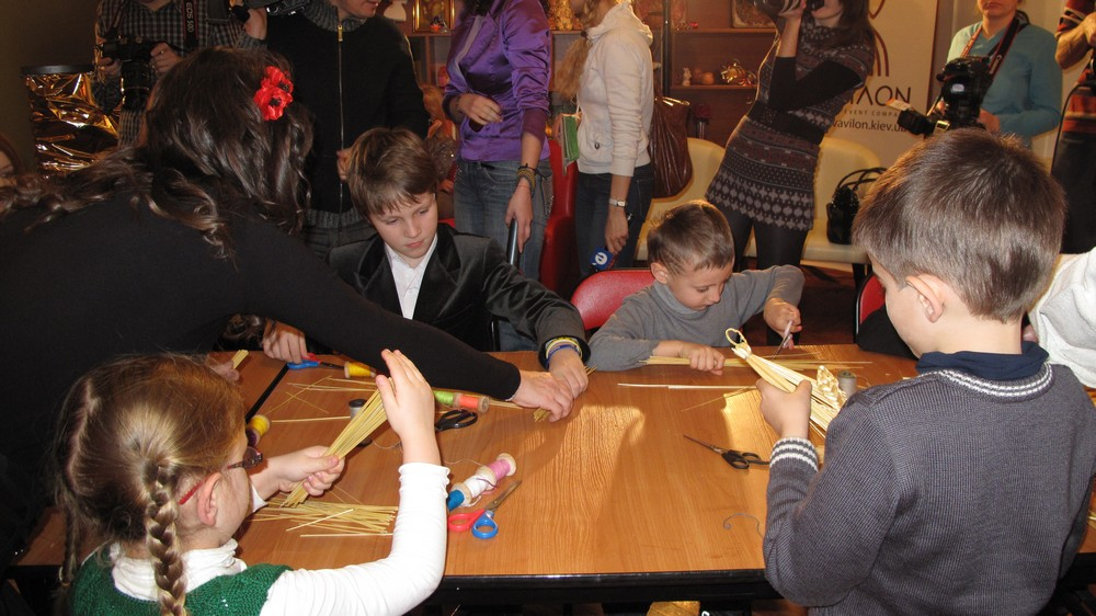 Анжелика Рудницкая научила звездных детей делать ангела из соломы. Фото: Оксана Позднякова/The Epoch Times Украина