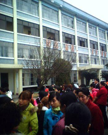 Страйк працівників текстильного заводу м. Менянь провінції Сичуань. Фото з secretchina.com