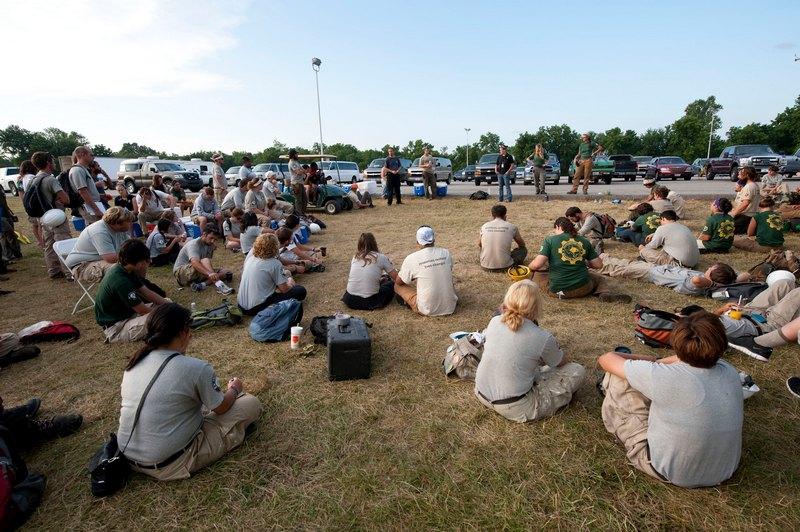 Собрание в лагере добровольцев из организации AmeriCorps. Фото: Julie Denesha/Getty Images
