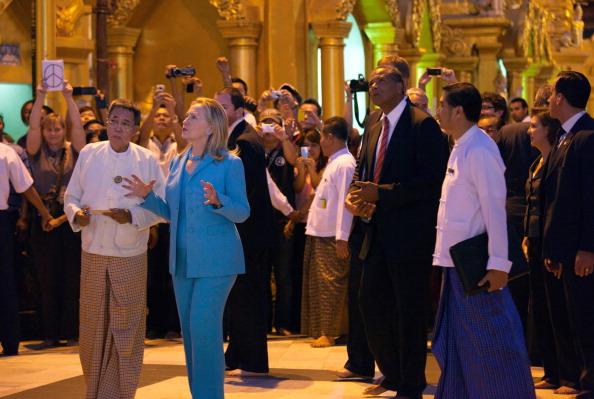 Госсекретарь США Хиллари Клинтон восхищается красотой буддийского храма ― одной из достопримечательностей пагоды Шведагон в Янгоне. Мьянма, 1 декабря 2011 года. Фото: Soe Than WIN/ Getty Image