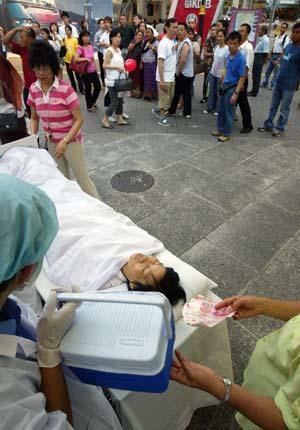 Після завершення ходи учні Фалуньгун на площі демонстрували імітацію тортур і видалення органів у живих людей, що здійснюються китайською компартією. Фото: У Лянь Ю/Велика Епоха