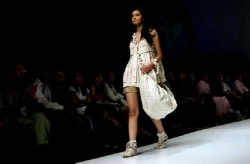 Тиждень моди Lakme Fashion Week в Мумбай (Індія), на якому представили свої колекції 54 модельєри зі всієї Індії та Пакистану. Фото: AFP Photo/PAL PILLAI