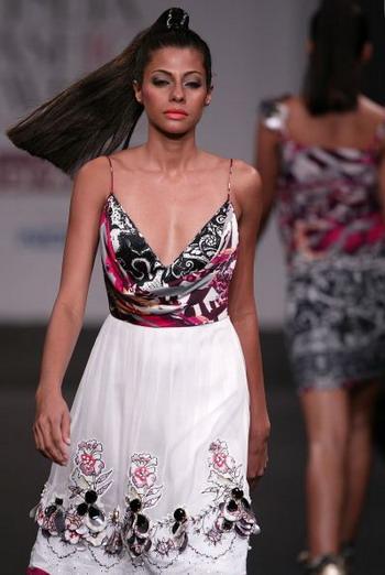 Избранное из коллекций весна/лето на Неделе моды Wills India Fashion Week в Индии. Фото: AFP PHOTO/MANPREET ROMANA