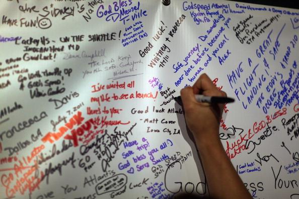 Побажання польоту «Атлантіса» від відвідувачів Космічного центру ім. Кеннеді. Фото: Joe Raedle/Getty Images